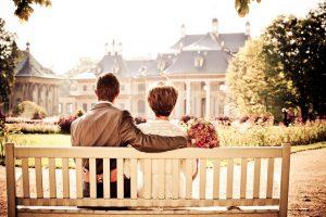 coppia felice su una panchina