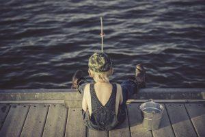 bambino che pesca