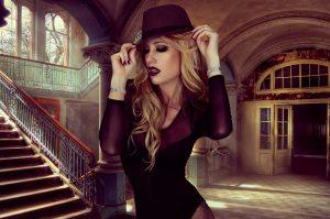 donna molto fashion che punta alla perfezione